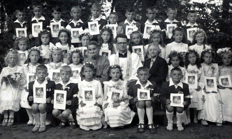 Fot. Ksiądz Ryszard Paciorkowski z dziećmi i katechetkami: s. Kietlińską i p. Koprowską